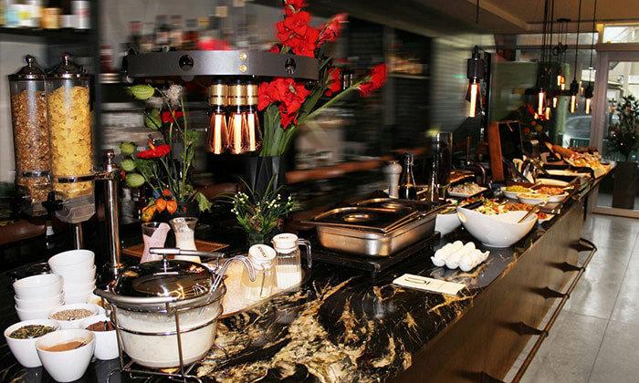 קופון לארוחת בוקר בופה זוגית במלון אולטרה, תל אביב